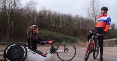 Handbiker Tim de Vries fietst een ronde met Matthijs Büchli